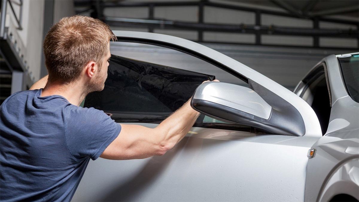 Поклейка тонировочной пленки на стекла автомобиля недорого